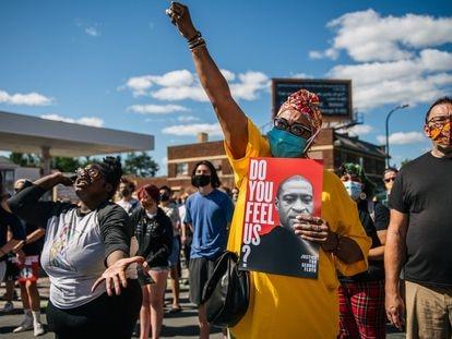 Manifestantes em Minneapolis protestam contra a reabertura forçada da cidade, em uma área conhecida como George Floyd Square, em homenagem ao homem afro-americano asfixiado por um policial em 20 de maio.