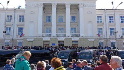 Milhares de pessoas comparecem na segunda-feira aos funerais dos cientistas mortos na explosão.