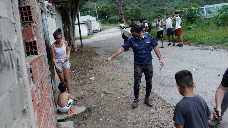 Lauren Caballero, candidato do partido Avanço Progressista, em um bairro de La Guaira, na Venezuela, em 28 de novembro.
