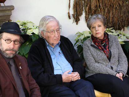 Noam Chomsky (c), durante uma entrevista na Cidade do México.