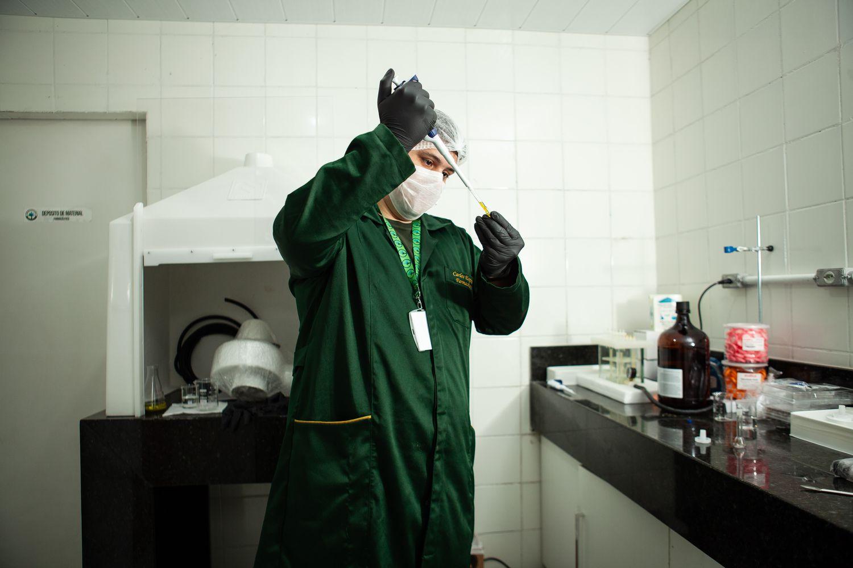 O farmacêutico Carlos Spinola, no laboratório da Abrace