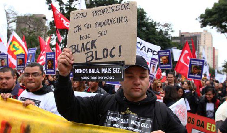Milhares de pessoas protestam nesta terça, em Curitiba.
