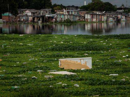 Eletrodomésticos e outros resíduos descartados flutuam em rio na região sul de Manaus, em 2 de junho de 2021.