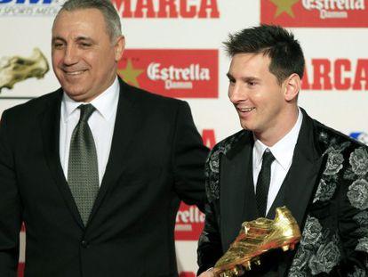 Messi recolhe a Bota de Ouro junto a Stoichkov.