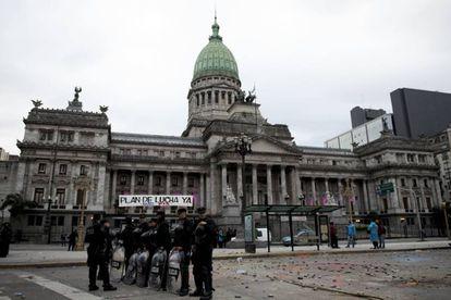 Policiais em frente ao Congresso depois dos protestos.