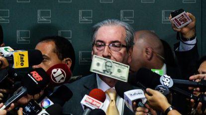 Eduardo Cunha recebe chuva de dólares falsos em Brasília.