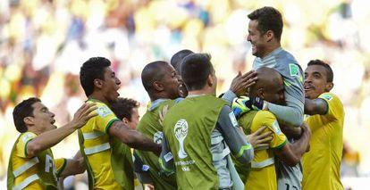 Os jogadores abraçam o herói Julio César.