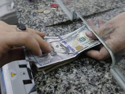Um homem troca dinheiro em uma casa de câmbio.