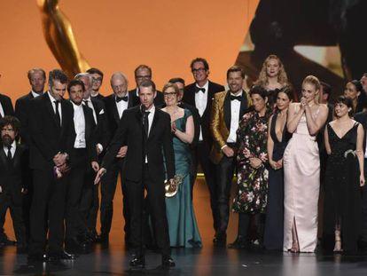 O produtor D.B. Weiss (centro) com a equipe de 'Game of Thrones' no Emmy. Em vídeo, a crônica da cerimônia.