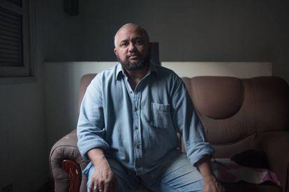Léo Barbosa, de 49 anos, na sala de sua casa.