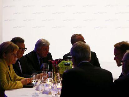 A chanceler alemã, Angela Merkel, conversa com o presidente do Bundesbank, Jens Weidmann (direita), em 19 de janeiro.