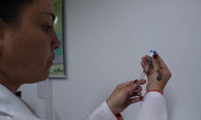 Médica aplica injeção contra o sarampo em São Paulo.