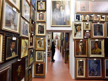 Um dos corredores do depósito de 1.200 metros quadrados no qual a Galeria Uffizi guarda a coleção de 2.300 autorretratos.