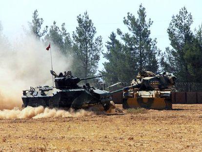 Tanques turcos na localidade de Karkamis, na fronteira com a Síria.