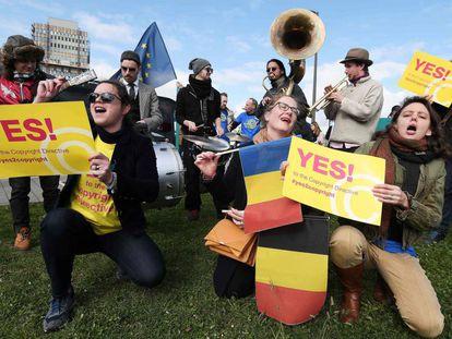 Manifestantes pedem o voto favorável à nova regulamentação dos direitos autorais em frente ao Parlamento Europeu, nesta terça-feira, em Estrasburgo.