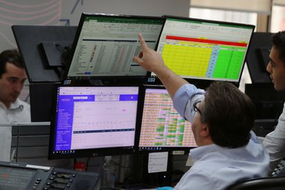 Operadores financeiros observam cotações após a interrupção das operações da Bovespa, em São Paulo.