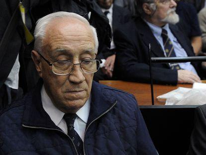 O ex-capitão Jorge Eduardo Acosta, conhecido como Tigre, na leitura de uma sentença por crimes de lesa-humanidade cometidos durante a ditadura argentina, em 2017.