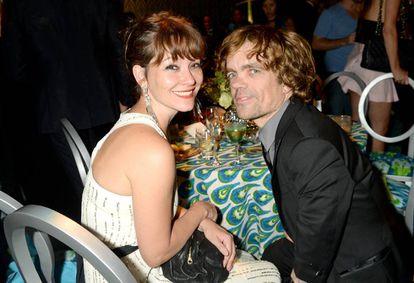Peter Dinklage e a esposa, Erica Schmidt, durante uma festa da HBO realizada em 2013