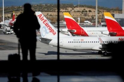 Um passageiro no aeroporto de Barajas, em Madri, em dezembro.