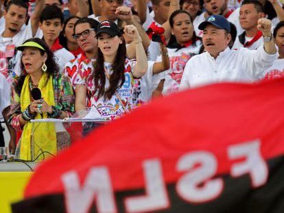 O presidente nicaraguense, Daniel Ortega, sua esposa, a vice-presidenta Rosário Murillo, e sua filha Camila Ortega, assistem em julho de 2019 à comemoração dos 40 anos da Revolução Sandinista.