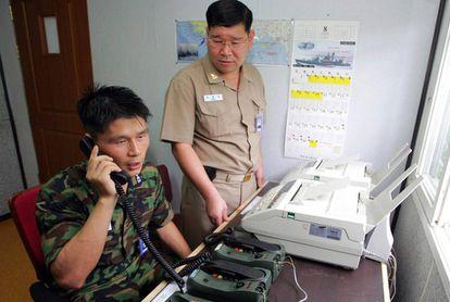 Foto de arquivo de um alto funcionário do Exército sul-coreano usando a linha telefônica intercoreana.