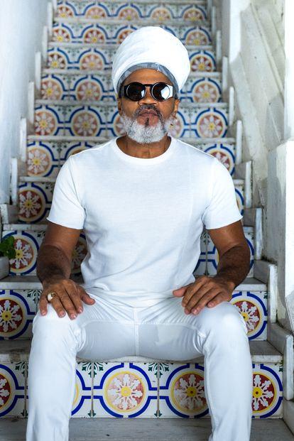 Carlinhos Brown, sentado na escada do seu estúdio, no Candeal, em Salvador.