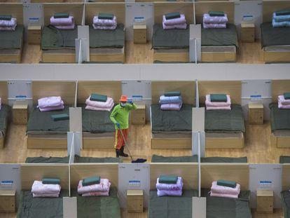 Trabalhador limpa hospital improvisado em Wuhan (China), no domingo.