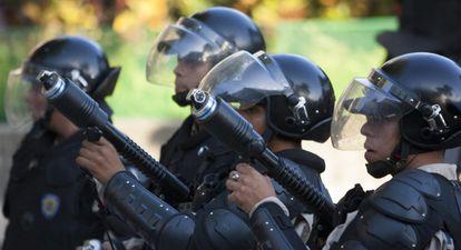 Integrantes da Guarda Nacional Venezulana em frente a um grupo de manifestantes, dia 16 de fevereiro.