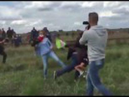 Petra László, flagrada chutando refugiados que furavam uma barreira policial, foi demitida na terça pela rede de televisão N1TV