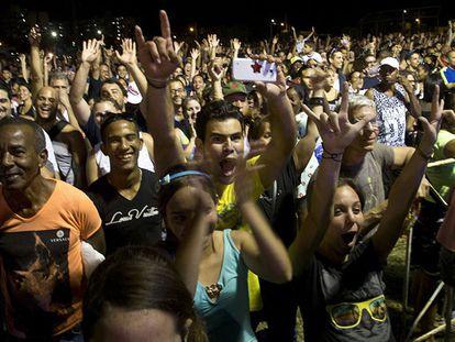 Fanáticos eufóricos no histórico concerto dos Rolling Stones em Cuba.