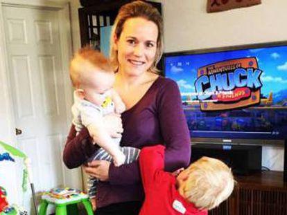 Celeste Erlach e os dois filhos.