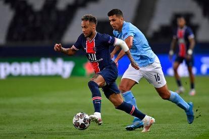 Neymar Jr. foge da marcação de Rodri no jogo de ida das semifinais da Champions League 2020-2021, em que o seu PSG enfrentou o Manchester City.