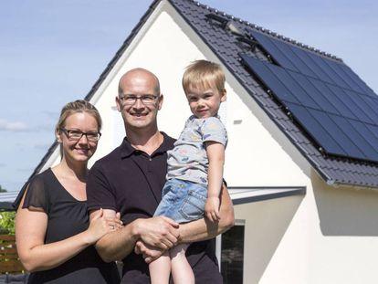 Lisa e Karsten Kaddatz jutno a seu filho Ben,membros de uancomundiad energética, em sua casa em Schwedt, ao nordeste da Alemanha.