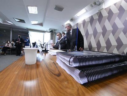 O relatório final da CPI da Pandemia, com o relator Renan Calheiros e o presidente Omar Aziz ao fundo.