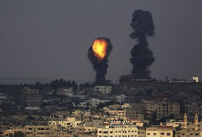 Um bombardeio, nesta terça-feira, em Gaza. / M. Saber (Efe)