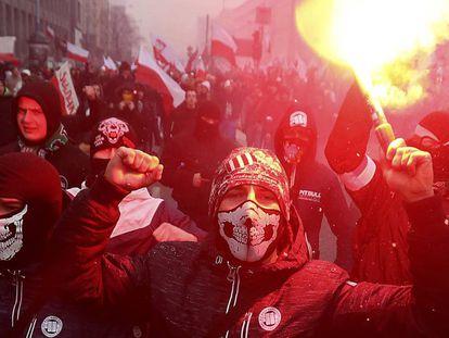 Em imagem de novembro de 2016, nacionalistas de extrema-direita marcham pelas ruas de Varsóvia, na Polônia.