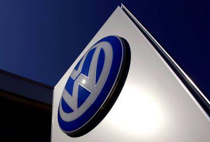 Emblema da Volkswagen na porta de uma concessionária na Austrália.