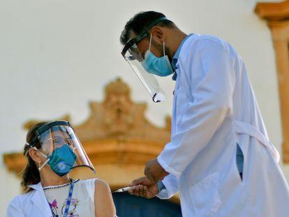 Profissional da saúde recebe a primeira dose da coronavac na cidade de Mateus Leme, em Minas Gerais, nesta quarta-feira, 20 de janeiro.