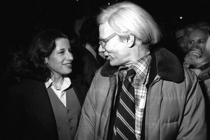 Fran Lebowitz com Andy Warhol em uma festa em Nova York. A escritora trabalhou na revista 'Interview', criada pelo artista.