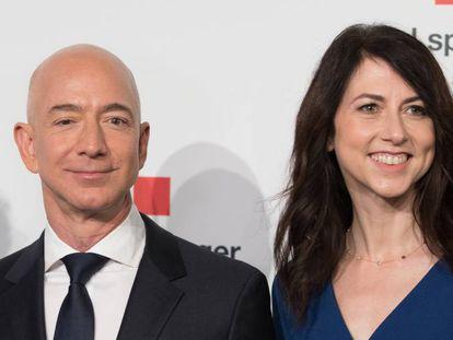 Jeff Bezos e Mackenzie Bezos em abril de 2018, na Alemanha.