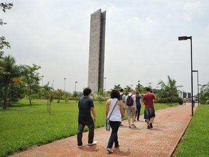 Alunos caminham no campus principal da USP.