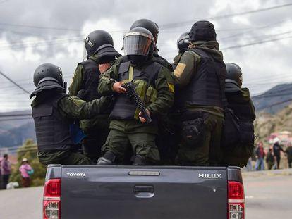 Vários agentes da polícia patrulham as ruas de La Paz (Bolívia), na segunda-feira.