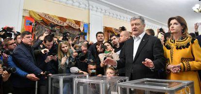Poroshenko e sua esposa, Yelena, depois de depositar seu voto em Kiev, neste domingo.