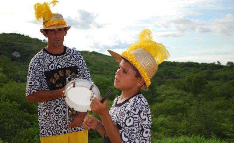 Várias gerações da comunidade do Roçado de Dentro ensaiam para o desfile do carnaval