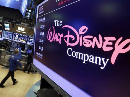 Cotação das ações da Disney em um dos monitores de Wall Street.