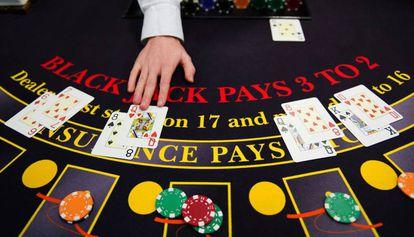 Um 'croupier' em uma mesa de blackjack, em Paris.