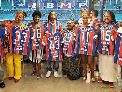 Personalidades negras recebem camisas do Bahia na Fonte Nova.