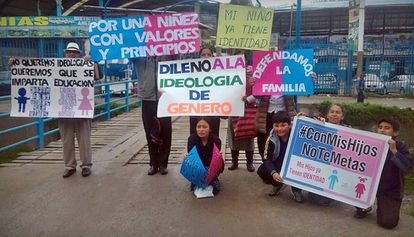 Manifestantes do CMHNTM em protesto no Peru.