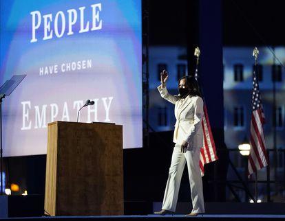 Kamala Harris se dirige aos simpatizantes após a divulgação da vitória democrata, neste sábado, em Wilmington.