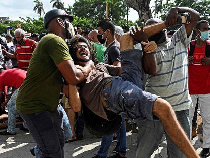 Homem é preso durante os protestos contra o Governo cubano em 11 de julho.